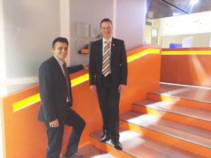 Marcus Bauer und Rudolf Stadler auf der Museums-Treppe - in TeDaLoS-Orange gehalten.