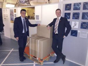 Marcus Bauer und Rudolf Stadler gemeinsam mit der beladenen TeDaLoS-Paletteneinheit an ihrem neuen Standort.